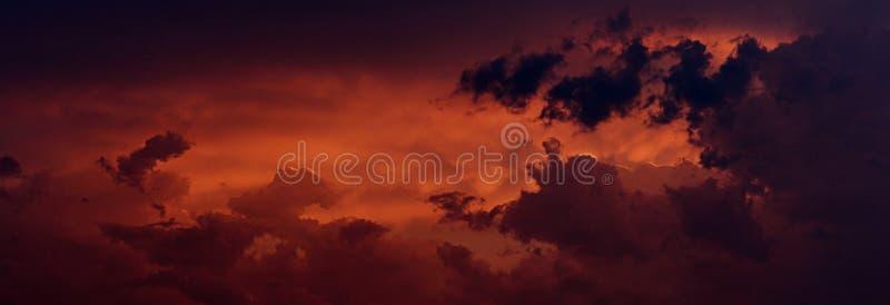 Fondo oscuro del cielo con las nubes minúsculas Panorama imagenes de archivo