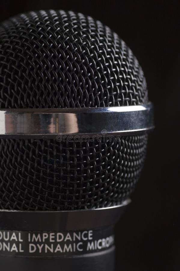 Fondo oscuro del negro del micrófono foto de archivo libre de regalías