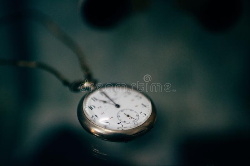 Fondo oscuro del viejo del vintage de bolsillo del reloj de reloj del tiempo extracto del foco selectivo fotografía de archivo