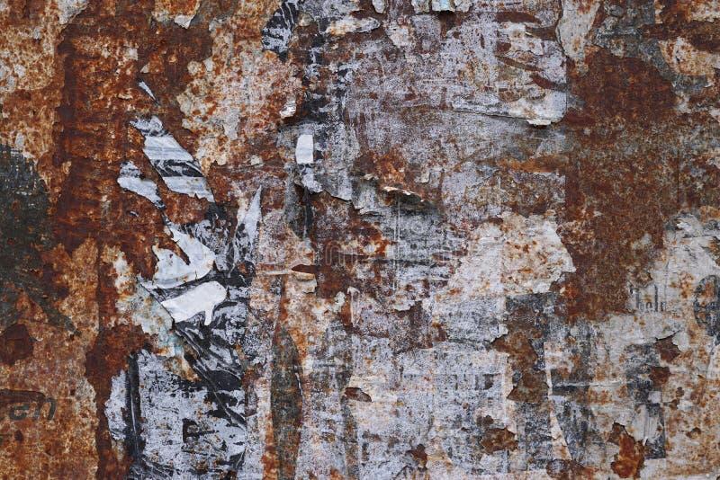 Fondo oxidado del grunge con los pedazos del cartel imagen de archivo