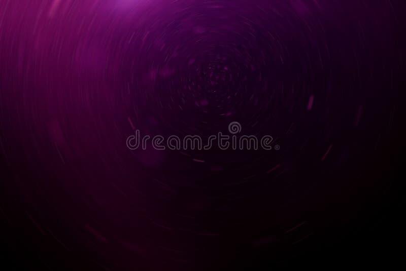 Fondo púrpura abstracto con el polvo flotante y reflector, falta de definición de movimiento radial fotos de archivo