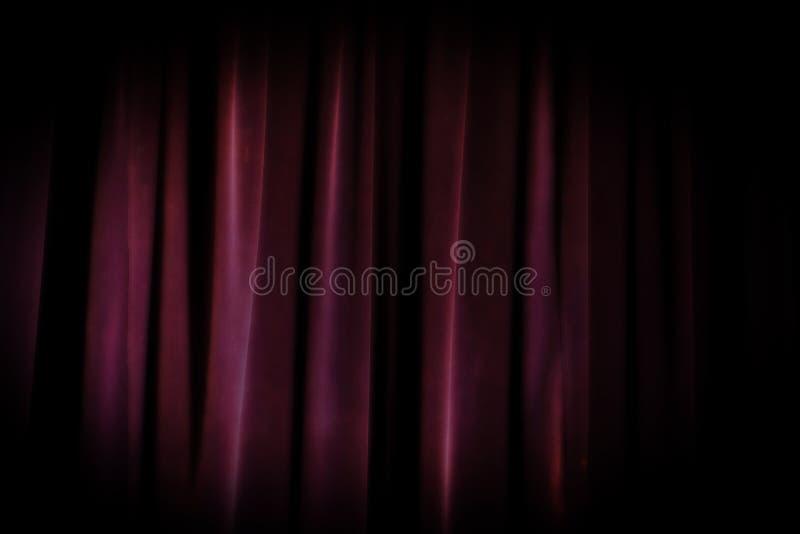 Fondo púrpura de la cortina del viejo teatro del grunge imagen de archivo libre de regalías