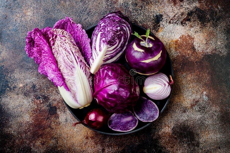 Fondo púrpura de las verduras del otoño estacional del invierno Vegano basado planta o concepto de cocinar vegetariano Comida lim imagen de archivo libre de regalías