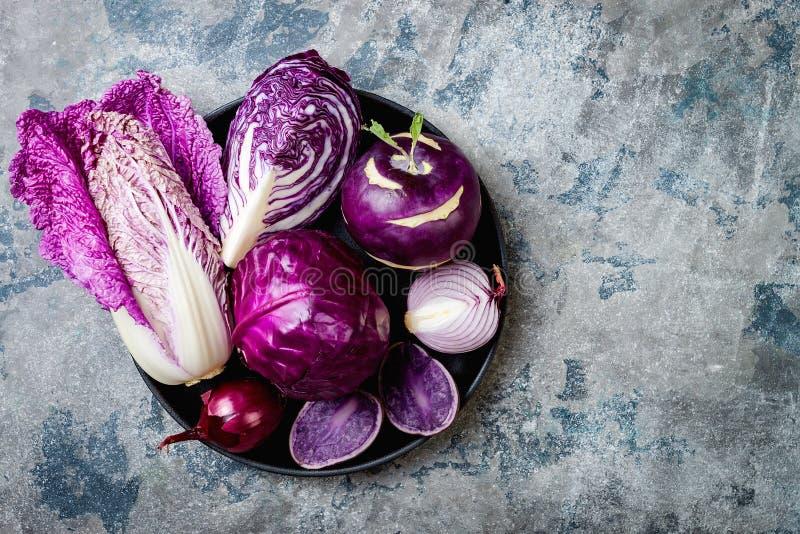 Fondo púrpura de las verduras del otoño estacional del invierno Vegano basado planta o concepto de cocinar vegetariano Comida lim foto de archivo