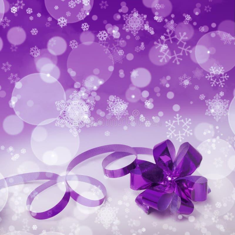 Fondo púrpura del regalo de la Navidad fotos de archivo