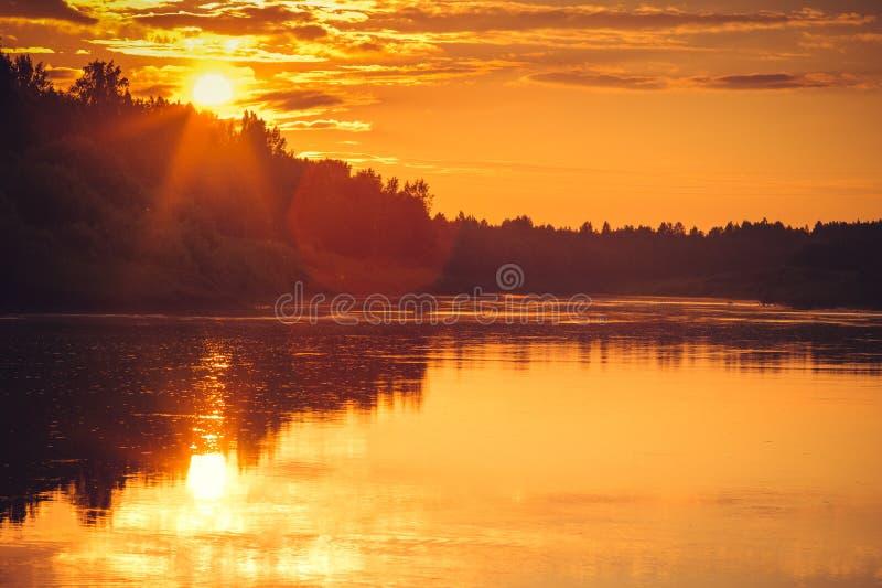 Fondo paesaggio di riflessioni del cielo e del fiume di tramonto bello con i colori naturali immagine stock