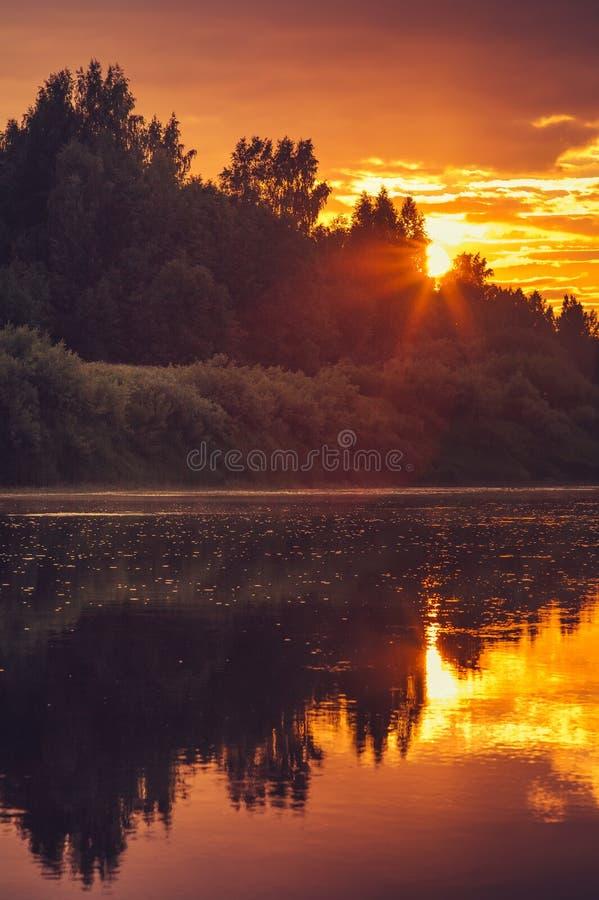 Fondo paisaje hermoso de las reflexiones del cielo y del río de la puesta del sol con colores naturales imagenes de archivo