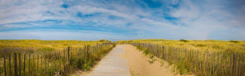Fondo panorámico de la playa del mar de las vacaciones de verano Trayectoria a la playa con el cielo hermoso imágenes de archivo libres de regalías