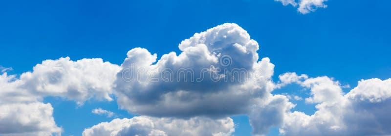 Fondo panorámico del cielo azul con las nubes fotografía de archivo libre de regalías
