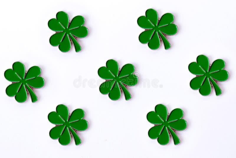 Fondo para el día del ` s de St Patrick para el diseño con el trébol Trébol aislado en el fondo blanco Símbolos irlandeses del dí foto de archivo libre de regalías