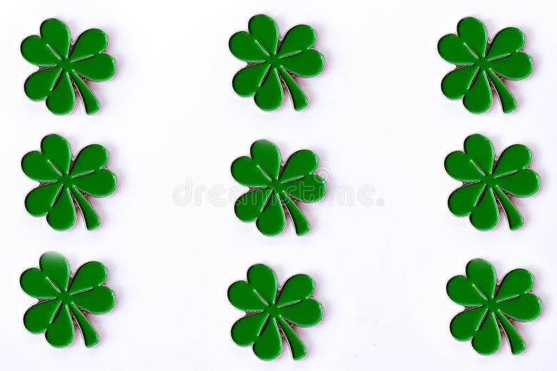 Fondo para el día del ` s de St Patrick para el diseño con el trébol Trébol aislado en el fondo blanco Símbolos irlandeses del dí imagenes de archivo