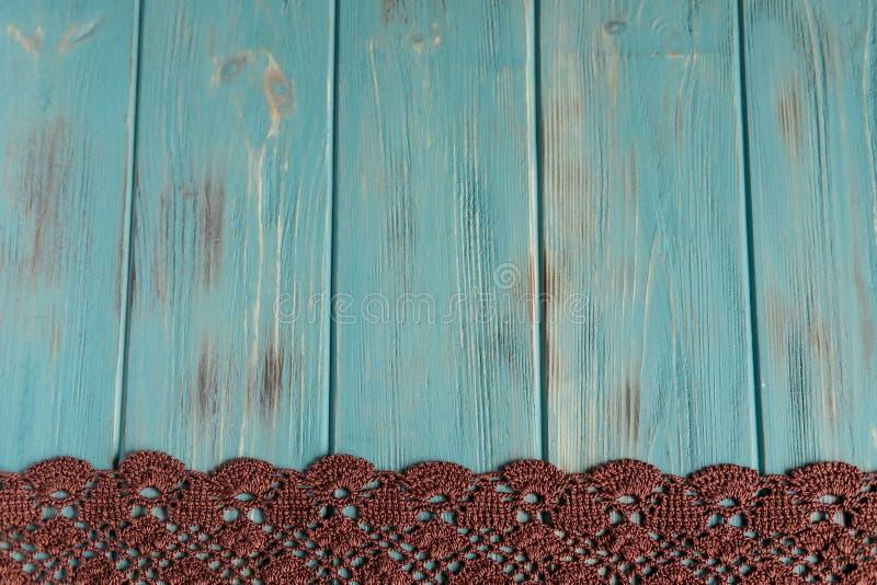 Fondo para la tarjeta de felicitación con el cordón Fondo azul de madera con el cordón hecho punto Capítulo para el texto con el  fotos de archivo