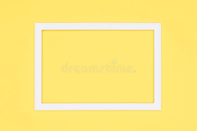 fondo pastello di minimalismo di struttura della carta colorata di giallo Modello minimo con derisione vuota della cornice su fotografia stock libera da diritti