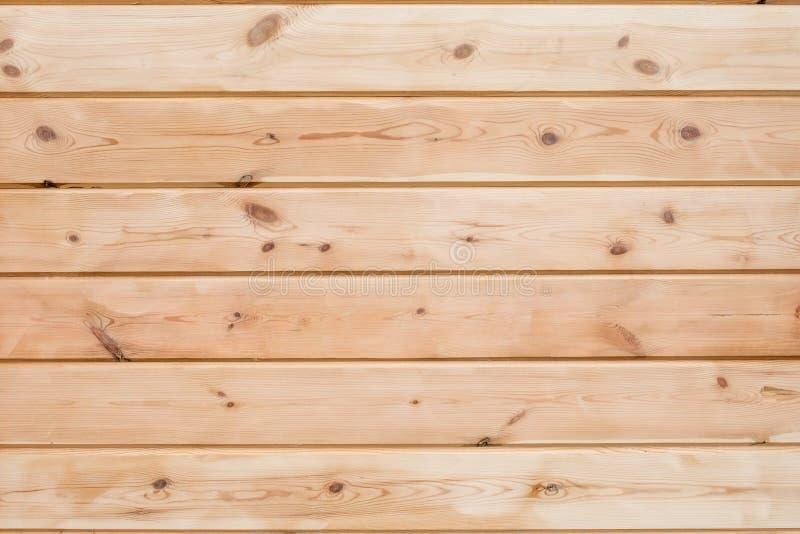 Fondo pegado de madera del tablón de la madera La construcci?n de madera peg? la madera laminada en la pared de la casa Textura p foto de archivo