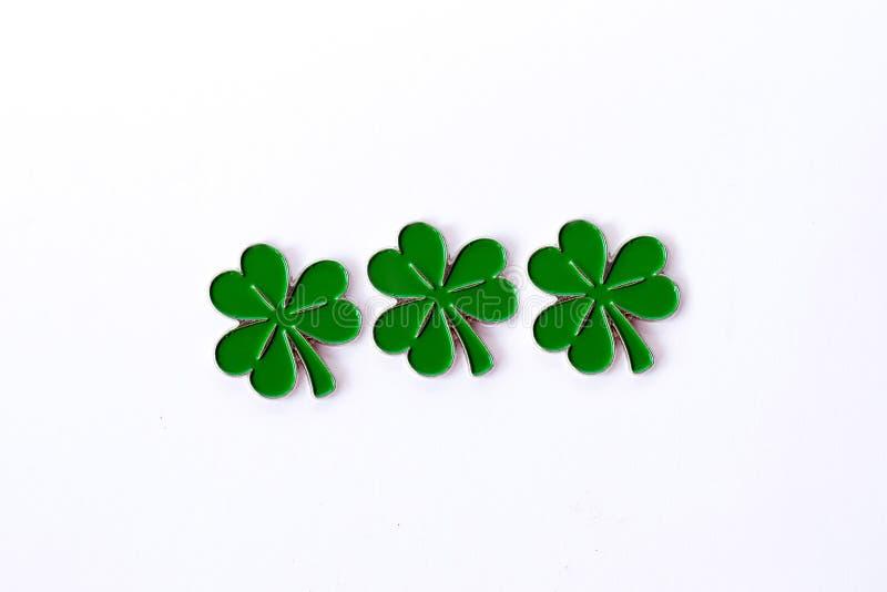 Fondo per il giorno del ` s di St Patrick per progettazione con il trifoglio Trifoglio isolato su priorità bassa bianca Simboli i fotografia stock