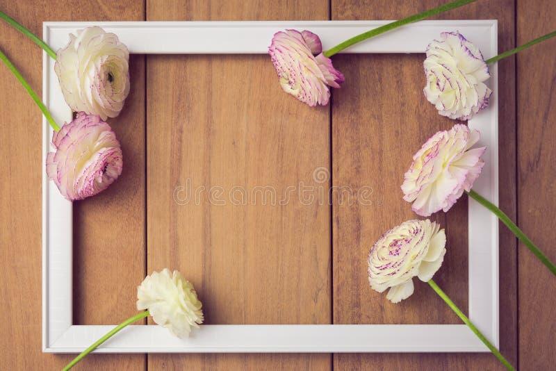 Fondo per l'invito del partito o di nozze Cornice con i fiori sulla tavola di legno Vista da sopra immagini stock libere da diritti