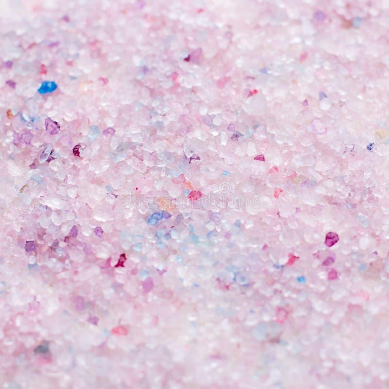Fondo perfumado del primer de la sal de baño en el rosa y los colores púrpuras, visión superior fotografía de archivo libre de regalías