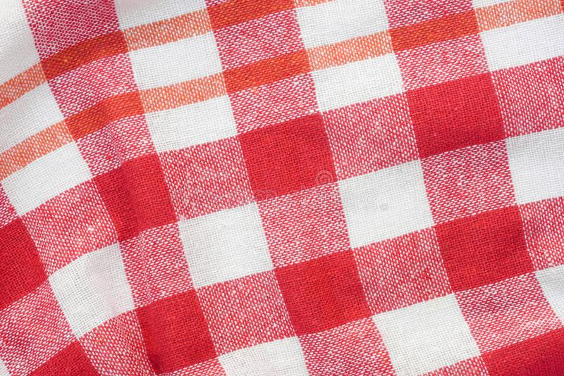 Fondo piegato a quadretti rosso e bianco dell'asciugamano di cucina fotografia stock