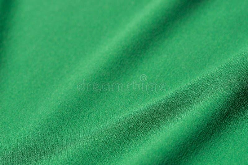 Fondo piegato verde del tessuto fotografia stock libera da diritti
