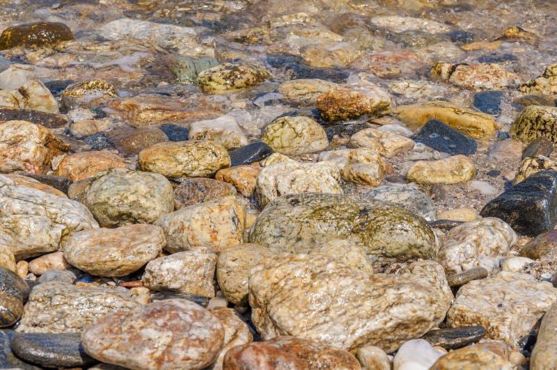 Fondo pietroso del mare della riva di mare immagini stock