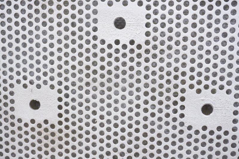 Fondo plástico con los círculos, tono blanco, grande para el diseño Textura con la perforación de agujeros redondos Placa blanca  fotografía de archivo libre de regalías