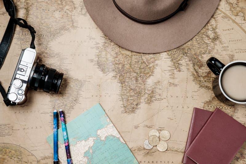 Fondo plano del vintage de la aventura de la endecha con el sombrero, la cámara y el passp fotografía de archivo libre de regalías