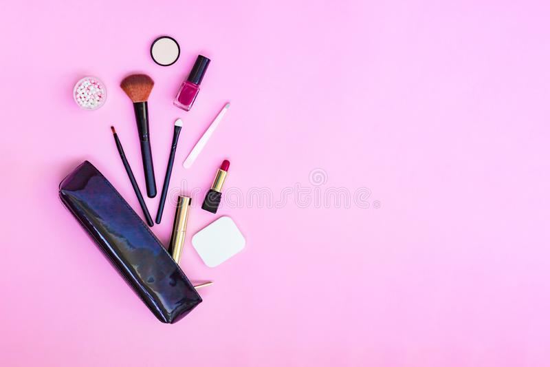 Fondo posto piano di trucco della donna con i cosmetici Ombretto, mascara, polvere, rossetto, smalto, spazzole, pinzette, spugna  immagine stock libera da diritti