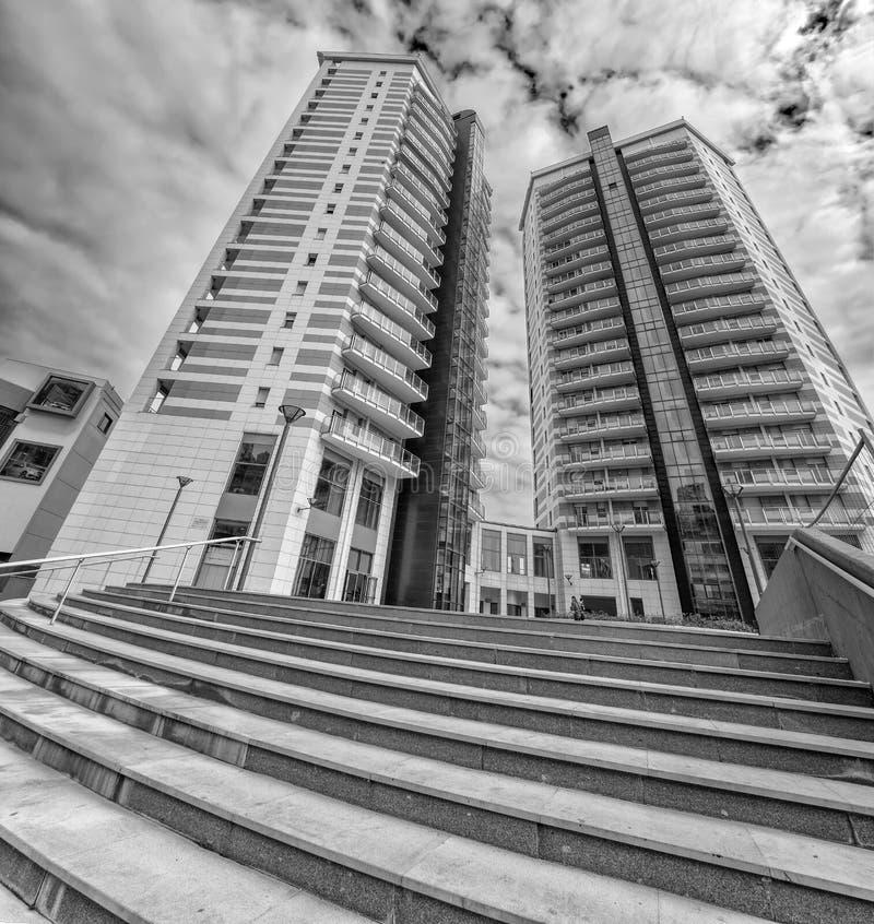 Fondo/propiedad horizontal modernos de los exteriores de las construcciones de viviendas con los edificios de oficinas imagen de archivo