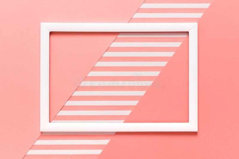 Fondo puesto plano del color coralino vivo geométrico del pantone del extracto Minimalismo, geometría y plantilla de la simetría fotos de archivo