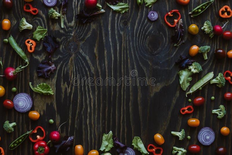 Fondo pulito di cibo Pagina delle verdure organiche fresche sulla tavola di legno Vista superiore con lo spazio della copia immagini stock