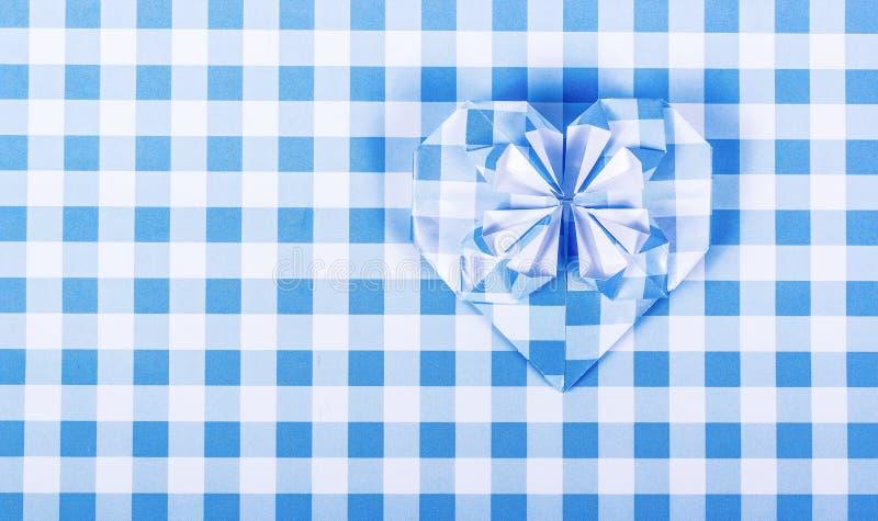 Fondo a quadretti di carta Fondo della carta blu Incarti il cuore immagini stock