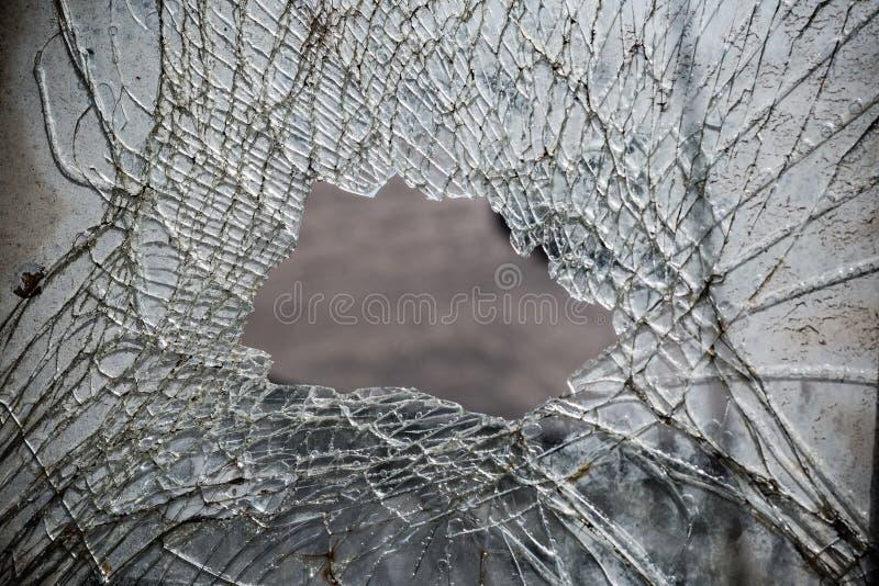 Fondo quebrado del extracto del espejo con un agujero grande en el centro fotos de archivo libres de regalías
