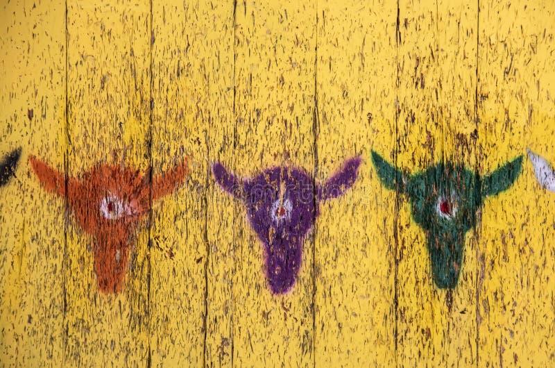 Fondo rústico de la blanco - para el tiro al arco - cabezas de la vaca de la plantilla en diversos colores con las dianas en las  imágenes de archivo libres de regalías