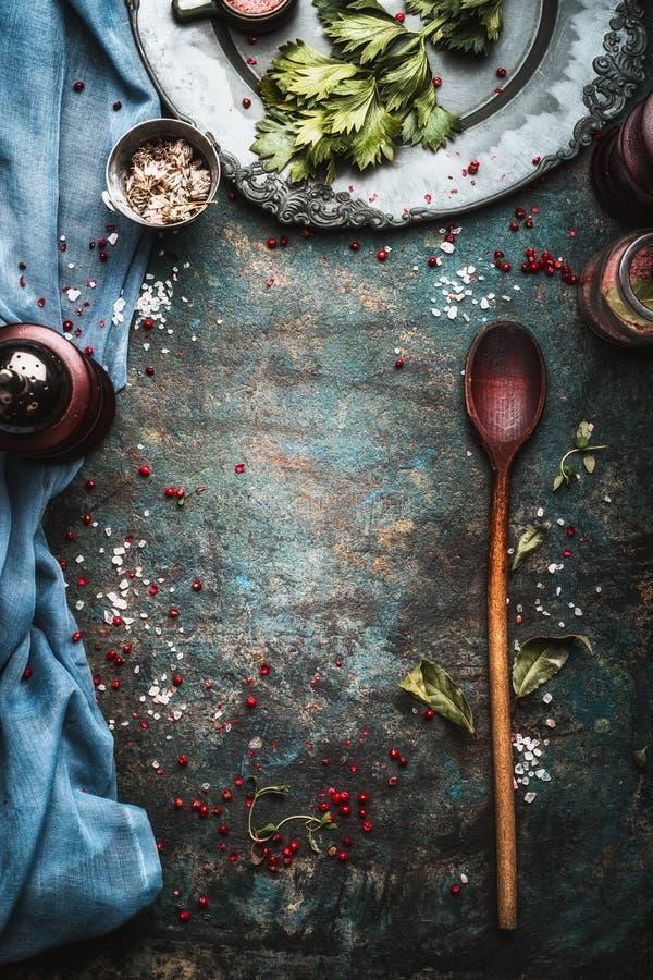 Fondo rústico de la comida con el molino de la especia y la cuchara de cocinar de madera foto de archivo libre de regalías
