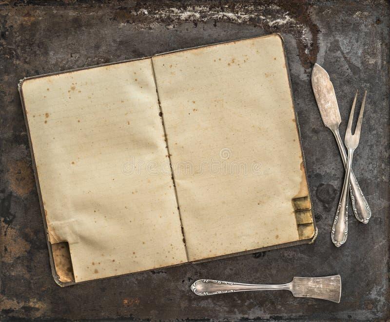Fondo rústico de los cubiertos de la antigüedad del libro de la receta del vintage fotografía de archivo libre de regalías