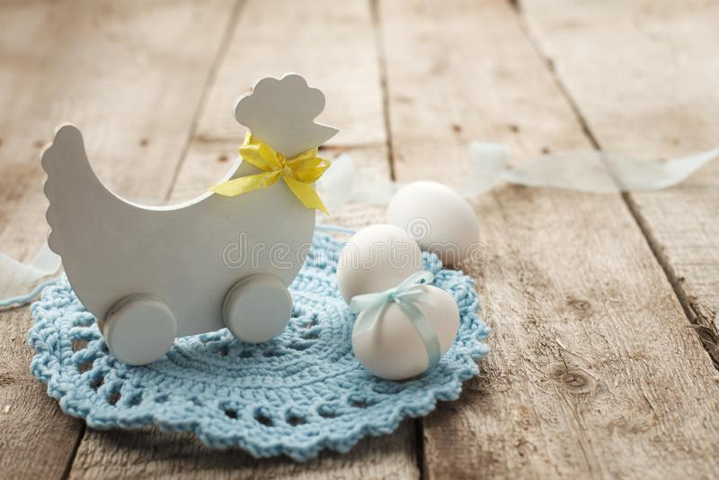 Fondo rústico de Pascua con el pollo decorativo de madera y huevos del pollo en el tablero de madera del viejo vintage con el esp foto de archivo libre de regalías