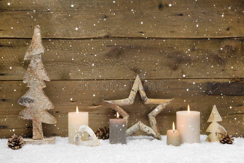 Fondo rústico del país - madera - con las velas y los copos de nieve f imágenes de archivo libres de regalías