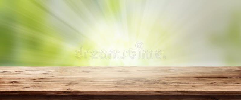 Fondo radiante della molla con la tavola di legno fotografie stock libere da diritti
