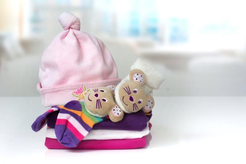 Fondo recién nacido infantil de la ropa del bebé de la pila imágenes de archivo libres de regalías