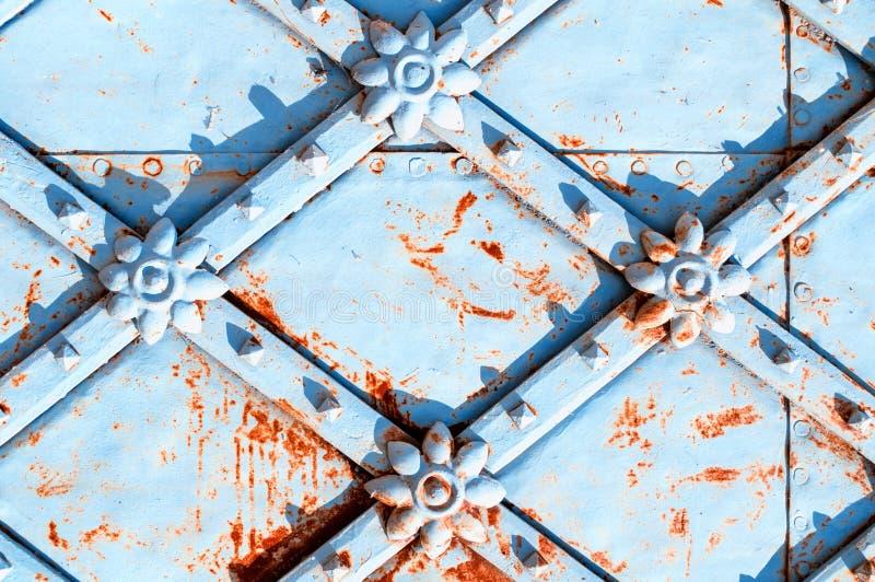 Fondo retro de la arquitectura del metal Superficie azul del metal del vintage con los detalles arquitectónicos oxidados en la fo foto de archivo