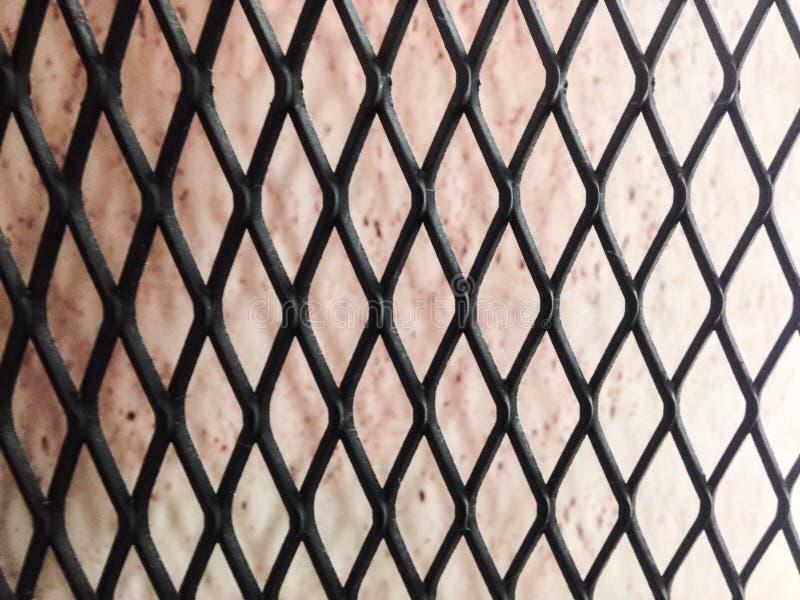 Fondo rojo con la pared neta de acero negra imágenes de archivo libres de regalías