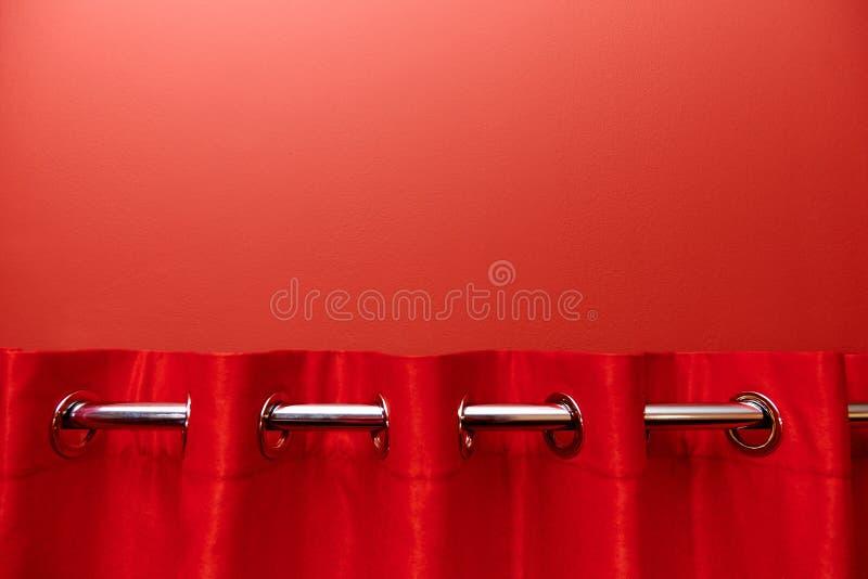 Fondo rojo con un primer rojo de la cortina imagen de archivo