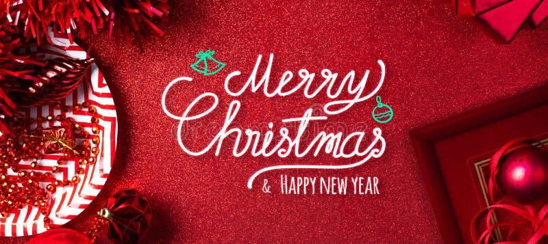 Fondo rojo de la Feliz Navidad y del texto de la Feliz Año Nuevo la vista superior de la malla, caja de regalo, bola, cinta adorn fotos de archivo libres de regalías