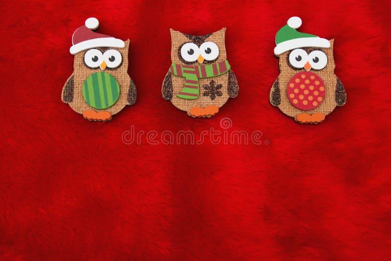 Fondo rojo de la piel de la felpa y de la Navidad de los búhos del día de fiesta foto de archivo