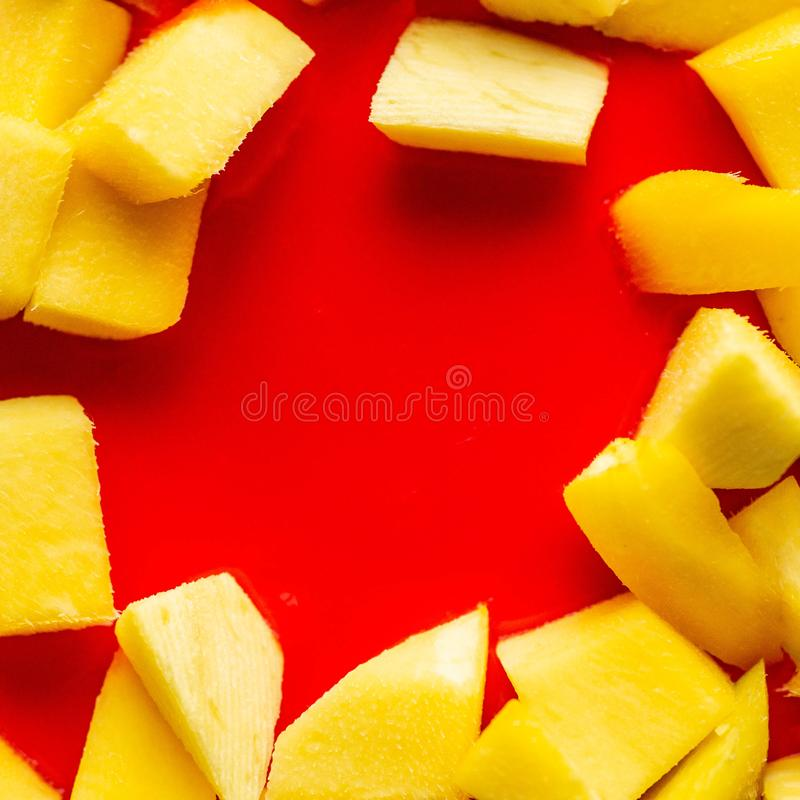 Fondo rojo de la torta con el mango Ciérrese para arriba de fondo rojo de la torta fotografía de archivo libre de regalías
