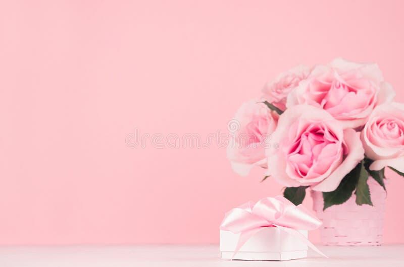 Fondo romántico de la celebración para la tarjeta del día de San Valentín y la boda - ramo de lujo de las rosas y presente con la fotografía de archivo libre de regalías