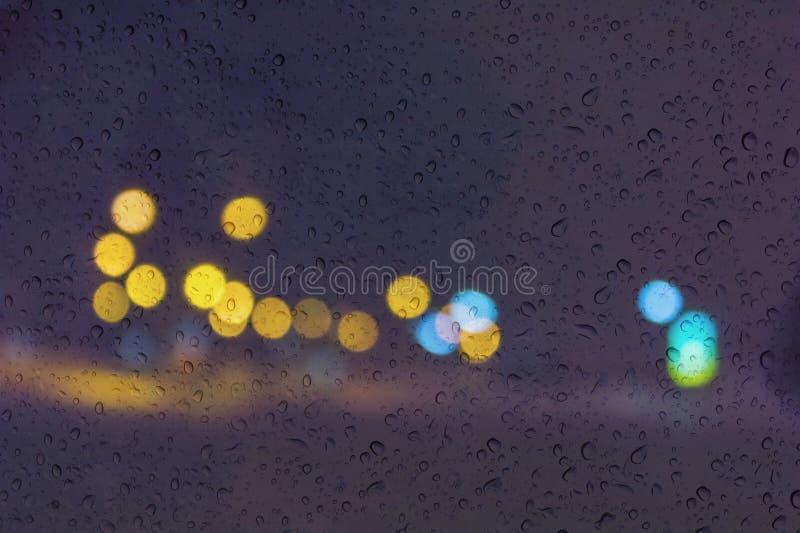 Fondo romántico suave de la luz del bokeh del color con descenso del agua o de la lluvia en ventana de la placa de cristal del es imagen de archivo libre de regalías