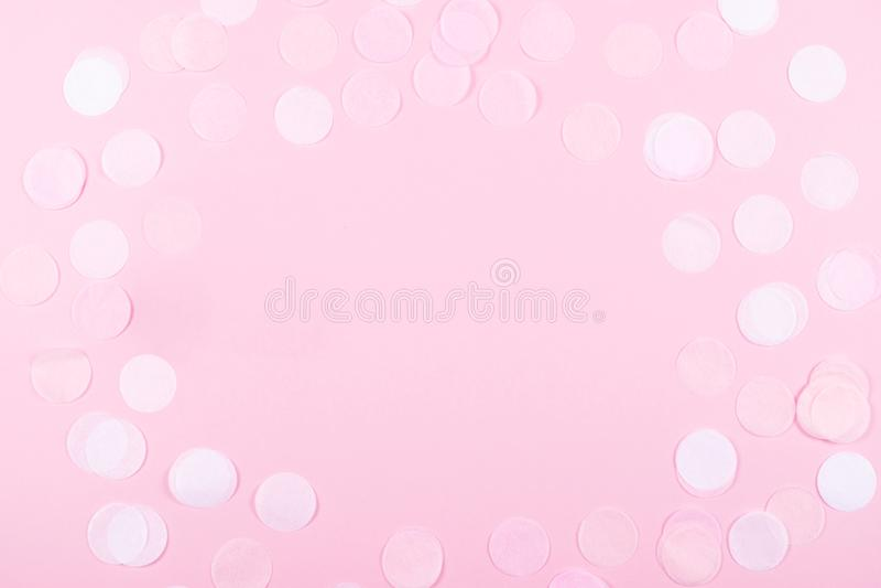 Fondo rosa con i coriandoli royalty illustrazione gratis