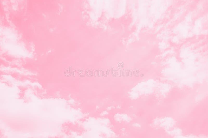 Fondo rosa delicato leggero del cielo Bello cielo romantico con le nuvole bianche Spazio della copia, foto tonificata immagine stock libera da diritti