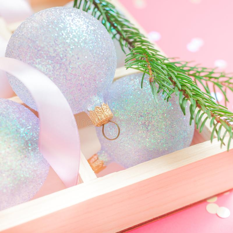 Fondo rosa delle palle della decorazione della perla di Natale immagine stock